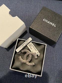 Classic Chanel CC Timeless Logo Crystal Pin Broche Edition Limitée Avec Tag