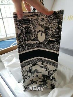 Dior Livre Andymark & white Edition Limitee. Grande Taille 16x13x7. Nouveau W Reçu