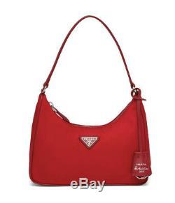 Prada Réédition 2005 Nylon Et Saffiano Mini Sac. Couleur Rosso / Rouge. Style # 1ne204